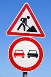 Construction de routes et aucune signalisation de dépassement images stock