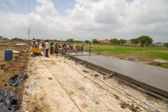 Construction de routes et développement dans l'Inde Images stock