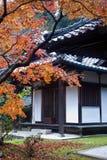 Construction de temple et feuillage d'automne Photographie stock