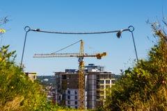 Construction de tour au-dessus de colline verte image libre de droits