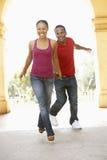 Construction de visite de jeunes couples dans la ville image stock