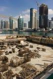 Construction des bâtiments modernes de bâtiments dans la marina de Dubaï Photographie stock libre de droits