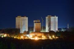 Construction des bâtiments residental la nuit Photographie stock libre de droits