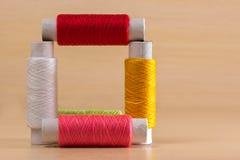 Construction des bobines de fil de couture Photo stock