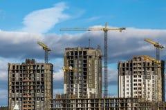 Construction des gratte-ciel avec des grues Photographie stock libre de droits
