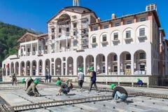 Construction des hôtels dans la station de sports d'hiver de montagne de Sotchi pour les Jeux Olympiques 2014 Travail de construc Photographie stock libre de droits