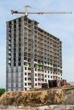 Construction des maisons ayant beaucoup d'étages et de lever des grues à tour photographie stock libre de droits