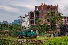 Construction des maisons de multi-appartement dans Yangshuo image libre de droits