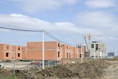 Construction des maisons en dehors de la ville Images stock