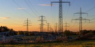 Construction des pylônes neufs de l'électricité Photographie stock libre de droits