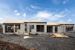 Construction du bâtiment de nouvelles maisons en béton blanches avec le toit en bois inachevé image libre de droits