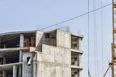 Construction du bâtiment Levage de la grue Photographie stock