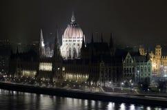 Construction du parlement de Budapest par le danub de nuit Photos stock