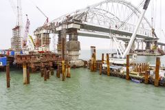 Construction du pont Équipements d'ingénierie pour la construction d'un pont en chemin de fer et en automobile à travers le détro image libre de droits