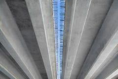 Construction du pont Blocs de béton avec le renfort contre le ciel photos libres de droits