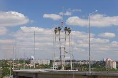 Construction du pont par la rivière Dnieper dans Zaporzhy Image stock