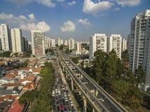 Construction du système de monorail, ligne ` d'or du ` 17, avenida Jornalista Roberto Marinho, São Paulo, Brésil de monorail images stock