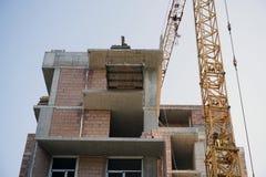 Construction en construction avec la grue en temps de jour ensoleillé et ciel bleu Photographie stock libre de droits