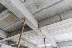 Construction en construction avec le béton en acier de soutien de fer Images libres de droits