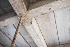 Construction en construction avec le béton en acier de soutien de fer Photographie stock libre de droits