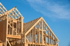 Construction en bois en gros plan de maison de toit de pignon images libres de droits