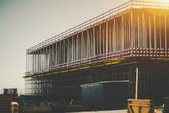 Construction en construction avec beaucoup de faisceaux verticaux en métal Images libres de droits