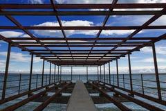 Construction en métal sur le bord de la mer Images libres de droits