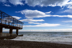 Construction en métal sur le bord de la mer photographie stock libre de droits