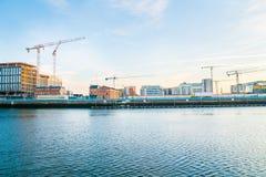 Construction en plein essor illustrée dans cette image de début de la matinée à travers la rivière de Liffey Photos stock