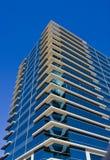 Construction en verre bleue avec les coins blancs Images stock