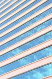 Construction en verre moderne avec le ciel et le nuage Images libres de droits