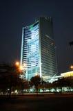 Construction en verre scénique de rideau en nuit Images stock