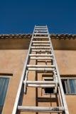 Construction et échelle à la maison neuves de toit Image libre de droits