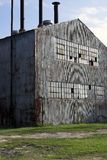 Construction et cheminée abandonnées d'usine photos stock