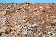 Construction et débris de démolition Fond de ciel bleu photographie stock