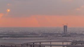 Construction et intersection près de timelapse aérien de port de Dubai Creek pendant le lever de soleil Duba? - EAU banque de vidéos