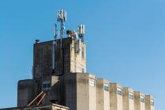 Construction industrielle avec des antennes de GSM sur le toit Photos libres de droits