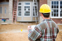 Construction : Inspecteur à la maison faisant l'examen Photos stock