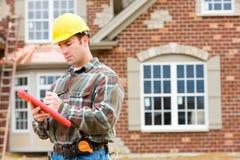 Construction : Inspecteur à la maison vérifiant la Chambre Photos stock