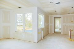 Construction intérieure de programme de construction de logements avec la cloison sèche installée et raccordée sans peindre appli photographie stock libre de droits