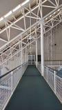 Construction métallique blanche au-dessus de passage couvert Images libres de droits
