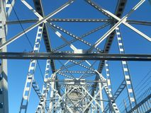 Construction métallique du pont contre le ciel images libres de droits