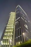 Construction moderne à la nuit Photographie stock libre de droits