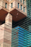 Construction moderne avec des lignes électriques Photographie stock libre de droits