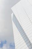 Construction moderne avec le ciel blanc Image stock