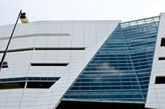 Construction moderne avec le ciel blanc Photographie stock libre de droits