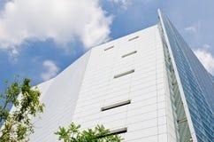 Construction moderne avec le ciel bleu Photographie stock libre de droits