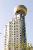 Construction moderne avec un dessus de sphère Photographie stock