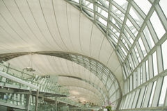 Construction moderne d'architecture dans l'aéroport de Bangkok. Photographie stock