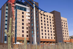 Construction moderne d'hôtel dans le désert Photos libres de droits